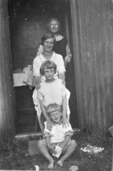 Bungalow and family 1927