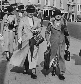 Ada Ogg and friend Mrs Harper who lived in Southend, two dowagers to be reckoned with. (By the fashionable couple behind them, could that be the 'roaring 20s'?)