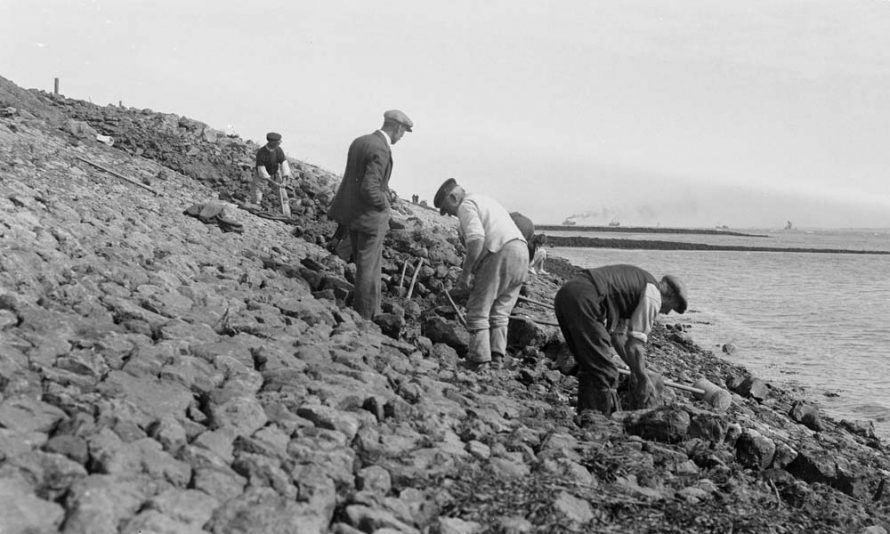 Repairing the foreshore near the Kynoch Hotel | A G Linney copyright Museum of London