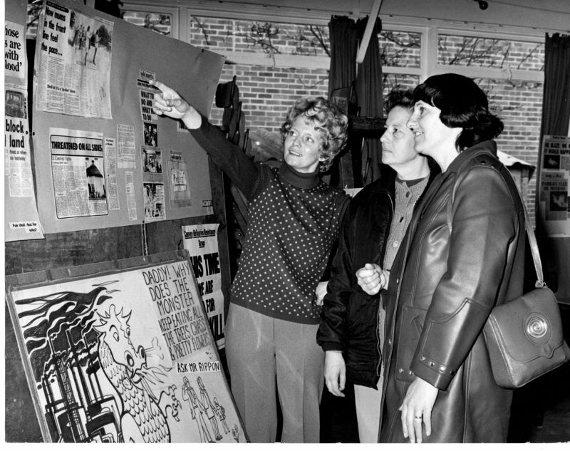 December 1973. Looking at info boards. | Echo Newsapers