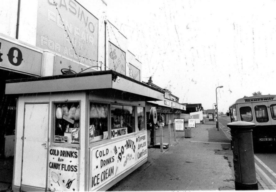 The Casino and Thamesway Bus | Echo Newspaper Archive