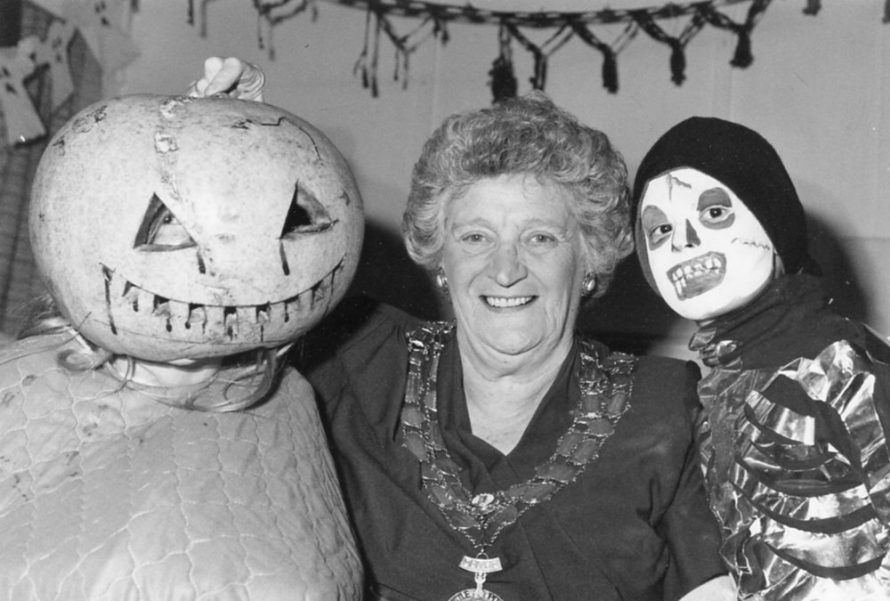 l-r Victoria Artus, Mayor Peggy Grant and Lee Izard | Echo Newspaper Archive