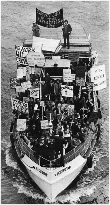 Boatload of protestors | Robert Hallmann