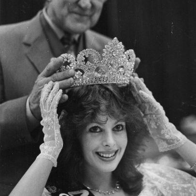 1985 Councillor Peter Hurn crowns Kelly Styles at the Paddocks