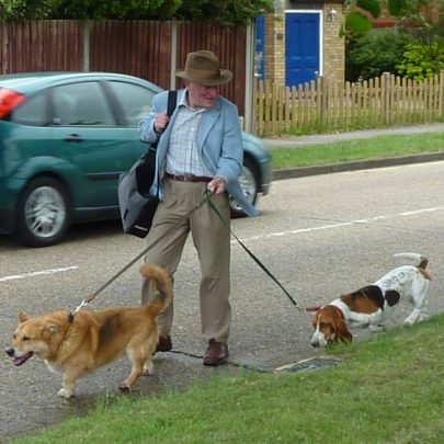 Reporter Tom King arriving with his dogs | Janet Penn