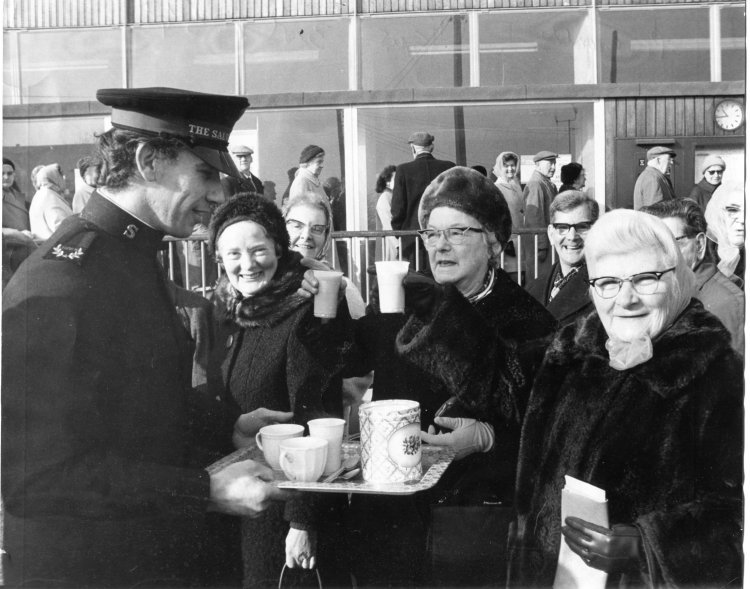 Mrs E Manners and Mrs S Tangate got a cup of tea from Mr Norman Sernons S.A. | Echo newspaper group and the Rayleigh Town Museum