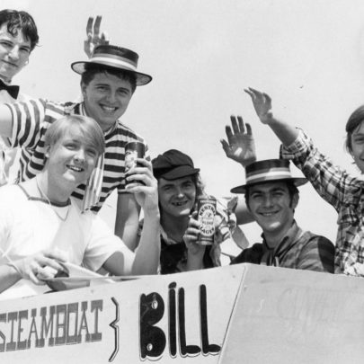 1982 'Falkland Heroes' on police float 'Old Bill'