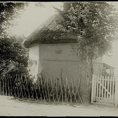 James has this captioned as 'Canvey Prison' It is the 1621 Dutch Cottage in Haven Road. | James of Whats that Picture