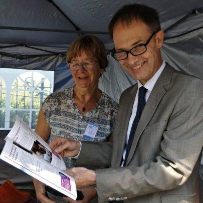 Nellie Verton presenting a copy of the flood museums guide to Joel van de Ven   J Penn