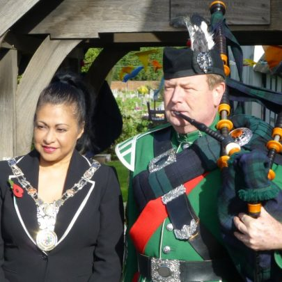Mayor Maryse Iles with the piper | Janet Penn