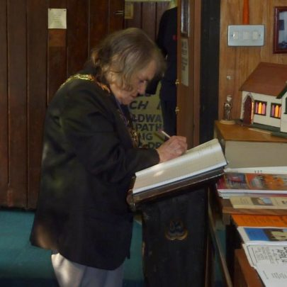 The Mayor signs the guest book   Janet Penn