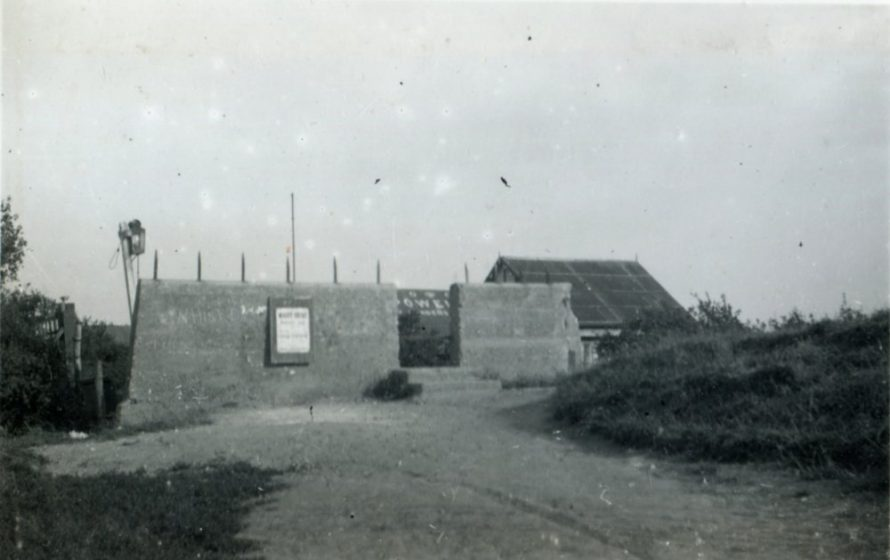 'Temple Bar' with iron posts clearly seen | Henry Clubb